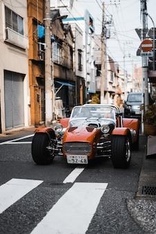 Auto d'epoca in una strada urbana