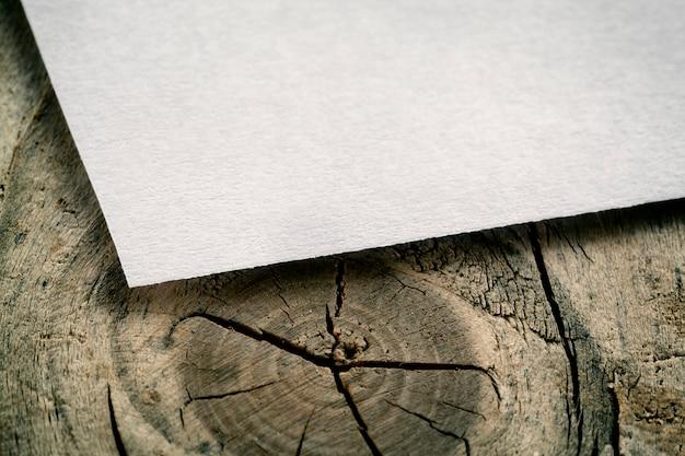木の表面のビンテージカード