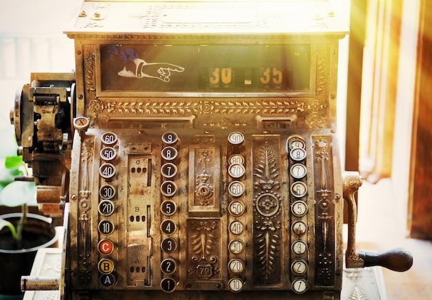 Старинный кассовый аппарат в старой аптеке