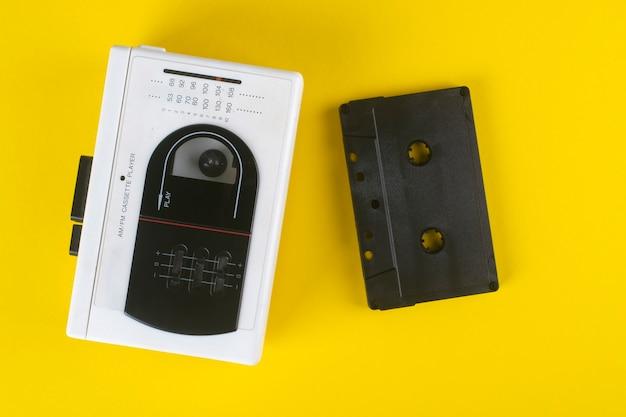 노란색에 빈티지 카세트 플레이어와 오디오 카세트