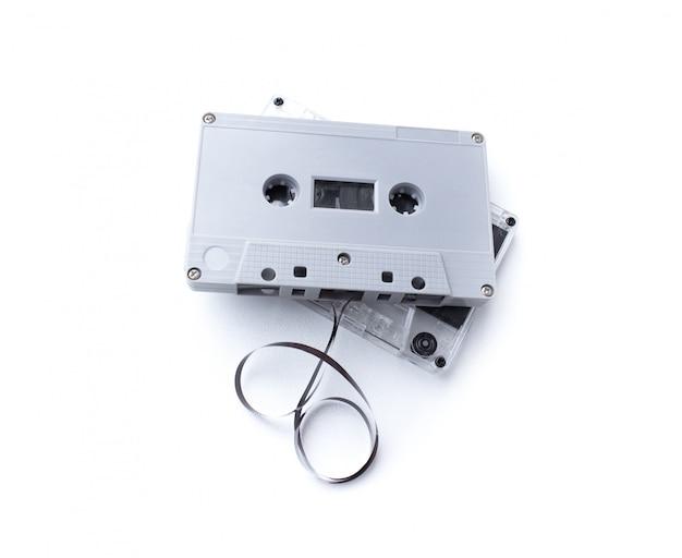 白い背景で隔離ビンテージカセットテープ