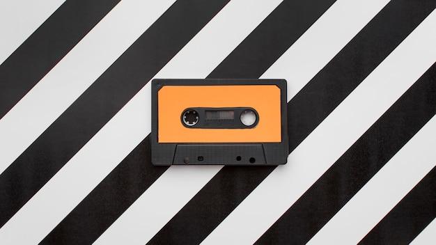 縞模様の背景にヴィンテージカセットテープ