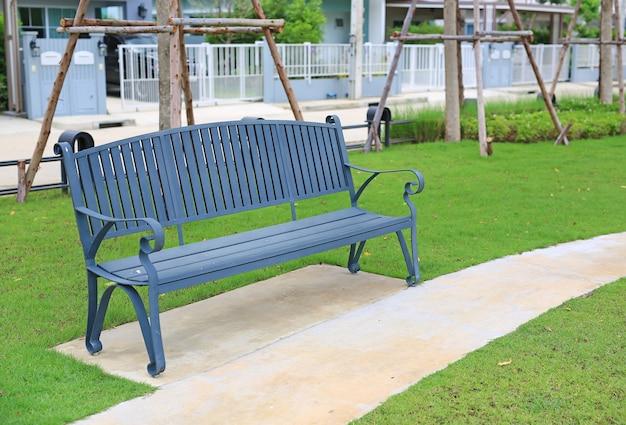 녹색 정원 야외에서 빈티지 의자입니다.