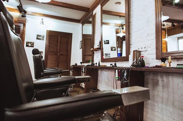 Винтажные стулья в парикмахерской