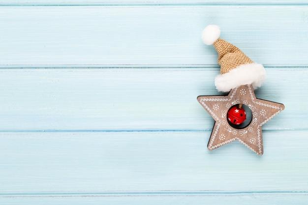 크리스마스 장식 빈티지 크리스마스 배경입니다. 크리스마스 인사말 카드입니다. bokex 은색 배경에 축제 장식입니다. 새해 개념. 공간을 복사하십시오. 평평하다. 평면도.