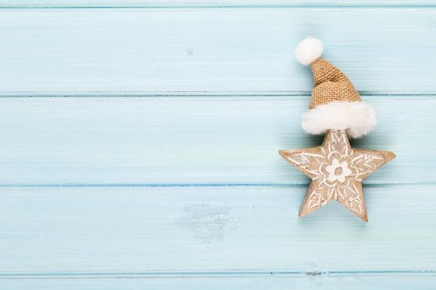 クリスマスの装飾とヴィンテージのクリスマスの背景。青い背景のお祭りの装飾。