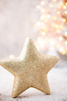 Старинный рождественский фон с рождественскими украшениями