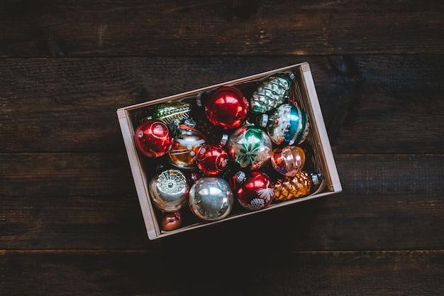 素朴な木製の箱にヴィンテージクリスマスオーナメントアンティークレトロクリスマスガラスつまらないボール