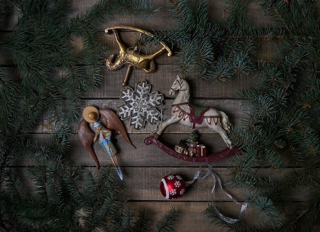 빈티지 크리스마스 장난감, 나무 시골 풍 테이블에 가문비 나무 나무 가지