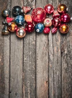木製の素朴なテーブルにビンテージのクリスマスツリーのおもちゃ。