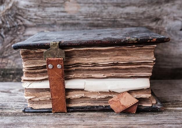 나무 테이블에 가죽 걸쇠와 빈티지 교회 책