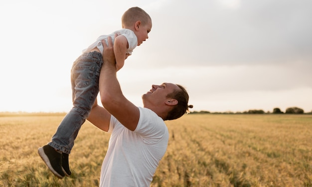 Винтажные цветные фото счастливый радостный отец с удовольствием подбрасывает в воздухе маленький мальчик, ребенок, семья, путешествия, отпуск, день отца