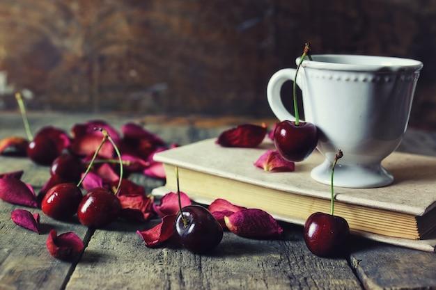Винтажная композиция ягоды вишни на деревянных фоне