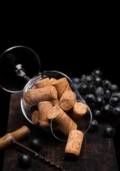 Винтажный штопор с винной пробкой и темным виноградом