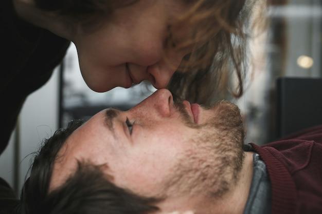 Винтажная пара. девушка целует своего парня сверху