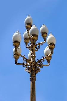 Старинный декоративный уличный фонарь на улице