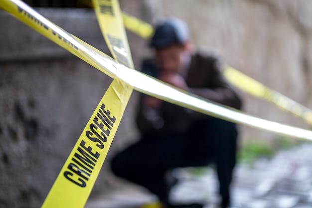 犯罪現場を撮影するヴィンテージの探偵