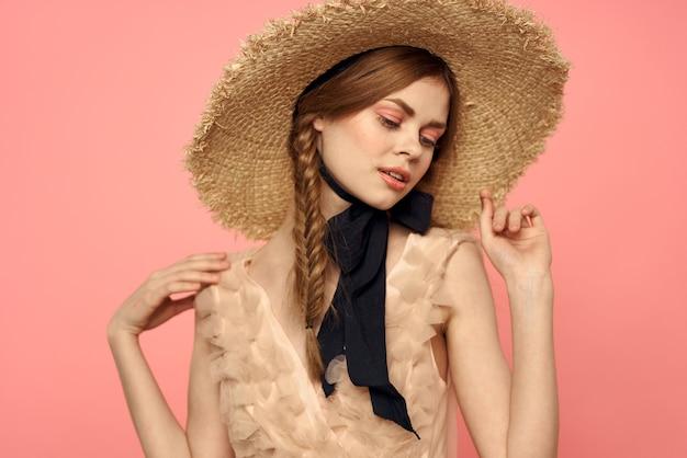 透明なドレスと帽子の少女、生きている人形、穏やかな春のイメージのヴィンテージ人形の柔らかいイメージ
