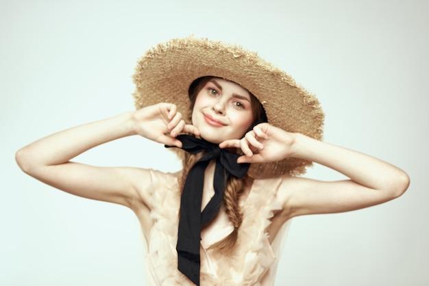 透明なドレスと帽子、生きている人形の少女のヴィンテージ人形の柔らかいイメージ