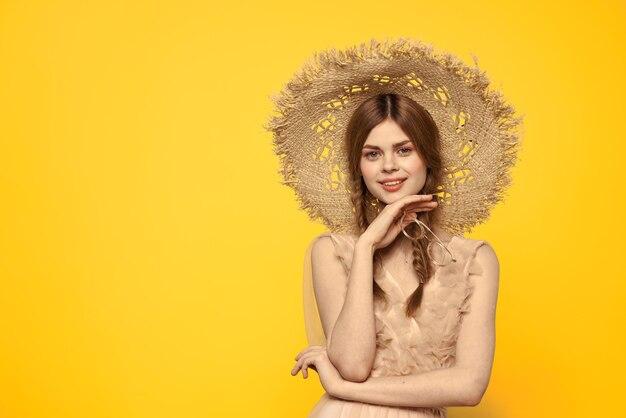 透明なドレスの若い女の子のヴィンテージ人形の柔らかいイメージ、柔らかい春のイメージ