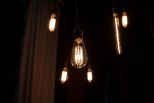 Винтажные лампочки эдисона в кафе. свет лампы электричество висит украсить домашний интерьер