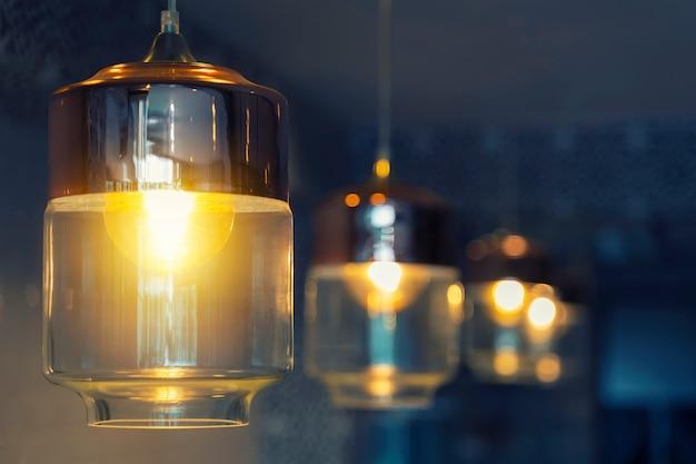 無料のコピースペースが付いている家で飾られたビンテージ電気ランプ。