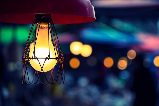 家で飾られたビンテージ電気ランプ