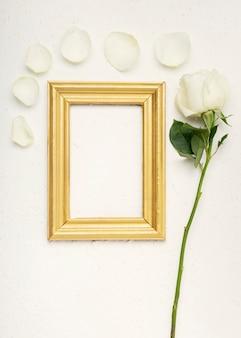 장미 꽃의 꽃잎과 빈티지 빈 모형 프레임