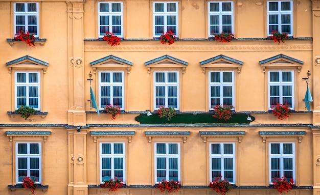 クルムロフの窓と赤い花のあるヴィンテージのファサード