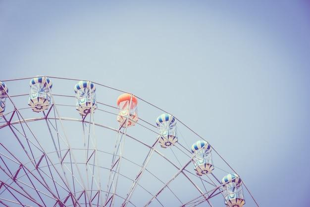 Старинное колесо обозрения в парке