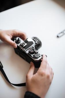男のビンテージフィルムカメラ手ホワイトスペース
