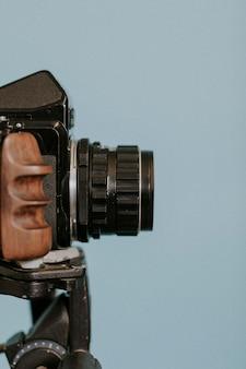 三脚のビンテージフィルムカメラ