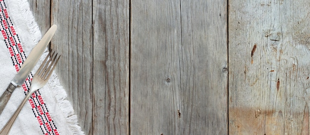 빈티지 포크와 오래 된 나무 테이블 위에 냅킨에 칼 복사 공간보기