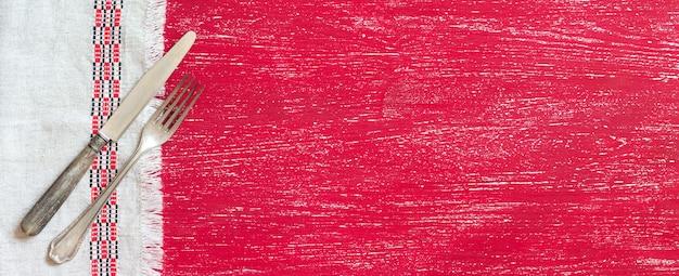 복사 공간이 붉은 나무에 냅킨에 빈티지 포크와 나이프