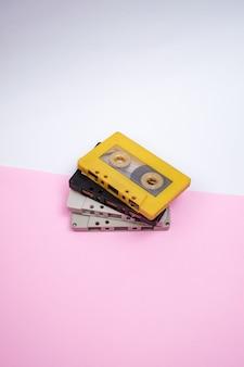 분홍색 배경의 빈티지 4 카세트