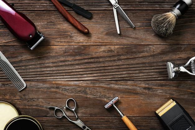 Strumenti da salone con cornice vintage su un tavolo di legno in lavori e concetto di carriera