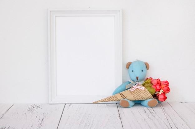 クマのおもちゃとヴィンテージフレーム