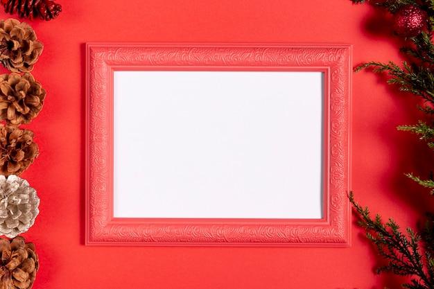 赤いテーブルの上の空白のビンテージフレーム