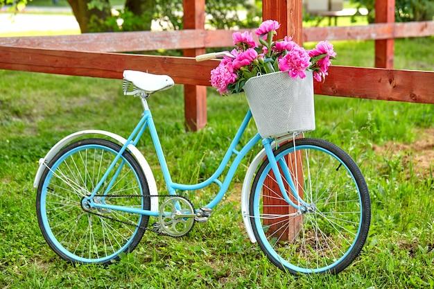 나무 울타리에 빈티지 정원 자전거 nxt