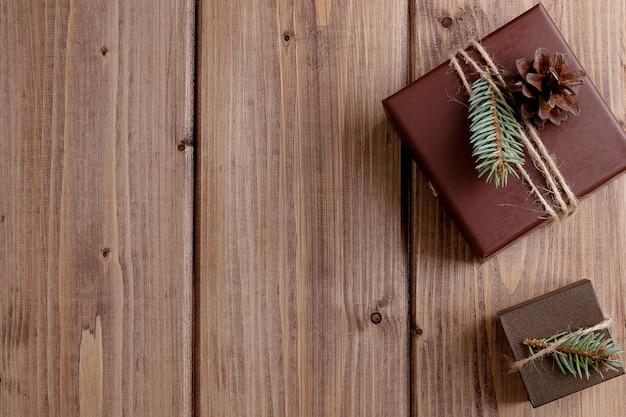 木製のテーブルに弓とヴィンテージのギフトボックス