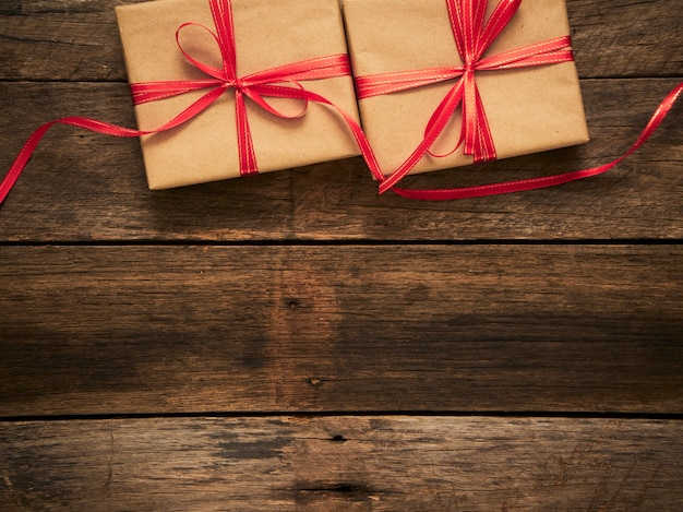 Винтажные подарочные коробки на деревенском деревянном фоне. концепция новогодних или рождественских праздников. место для текста