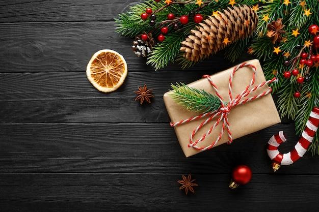 黒い木の表面にクリスマスの装飾が施されたヴィンテージギフト