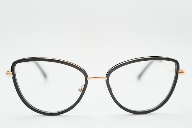 Винтажные очки, изолированные на белом фоне