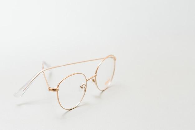 白い背景で隔離のヴィンテージメガネ