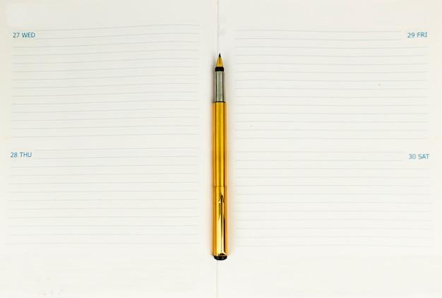 주목받는 작가 블로거를위한 영감을주는 이미지로 빈티지 황금 펜 및 오픈 유제품 또는 노트북