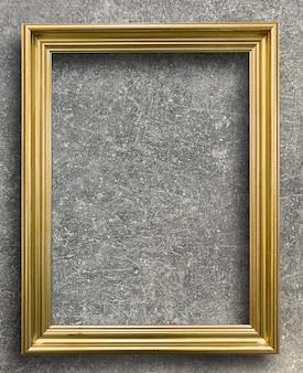 Старинная золотая рамка на ржавой цементной стене