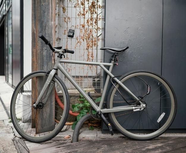Bicicletta vintage grigia con dettagli neri