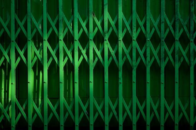 빈티지 녹색 금속 슬라이드 도어와 그림자