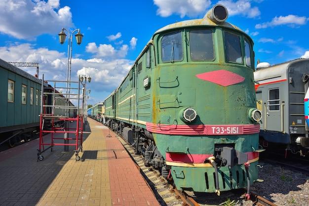 모스크바 리가 역의 기차 박물관 플랫폼에 있는 빈티지 녹색 기차