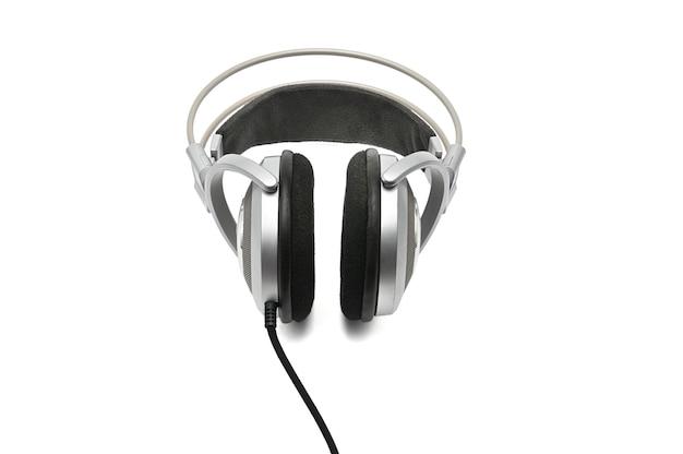 孤立した白で音と音楽を聴くためのビンテージヘッドフォン